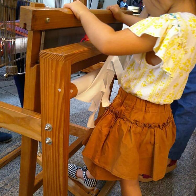 機織り機を使うお子さん