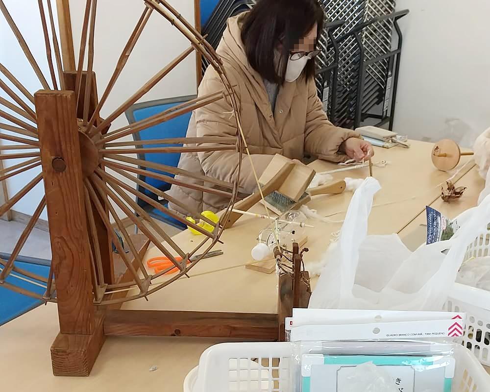 糸車で糸を紡ぐ
