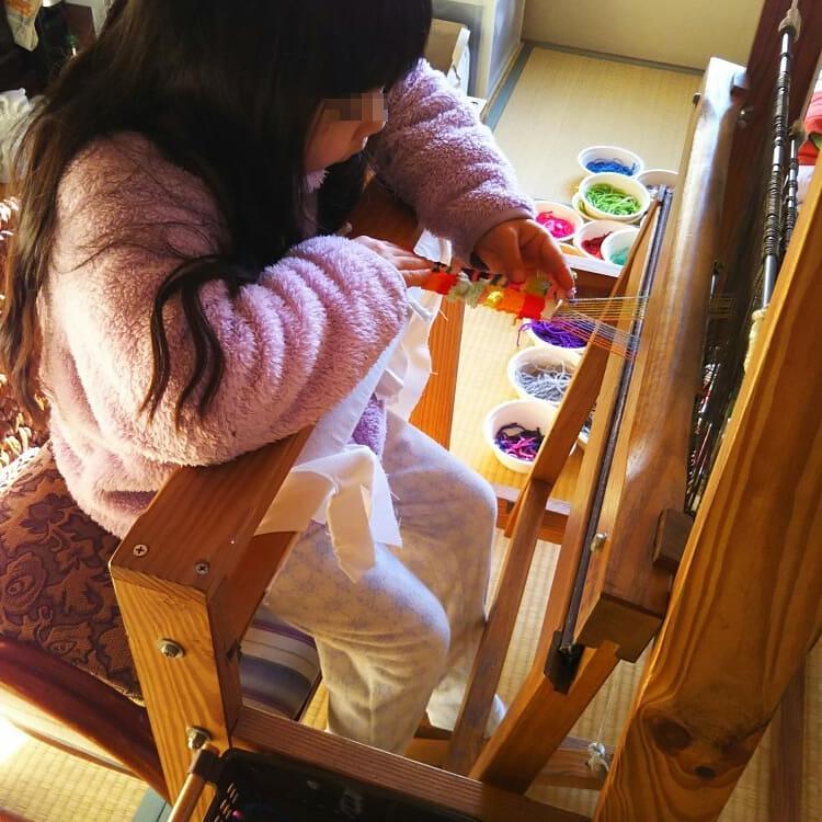 機織り機を使う孫